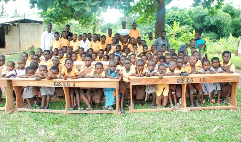 Nieuw meubilair voor de schoolkinderen in Ghana.
