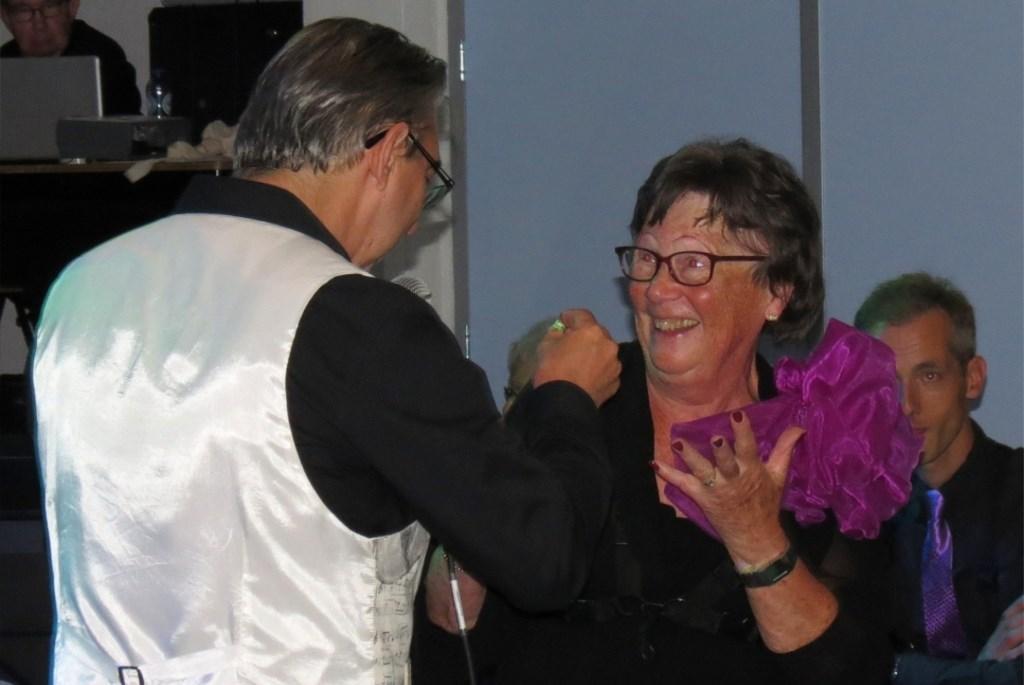 Voorzitter Nel Raven krijgt haar insigne voor haar jubileum als 60 jaar muzikant overhandigd van dirigent John Leenders.  © De Vierklank