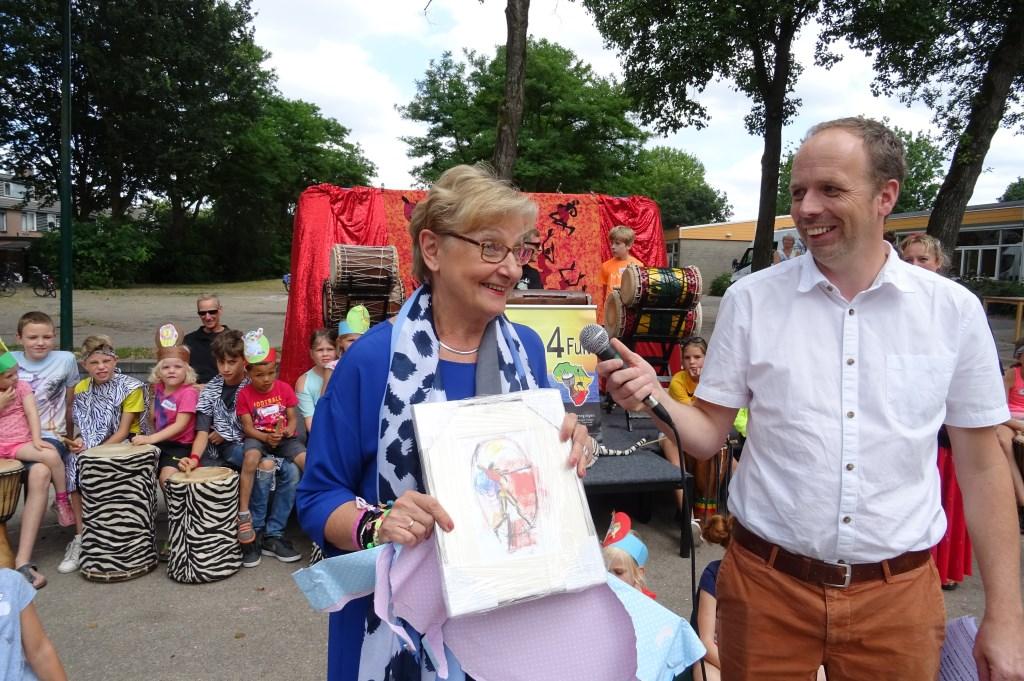 Uit handen van directeur Arjan Dam ontvangt Trijnie de Groot een fraaie litho van Jits Bakker.