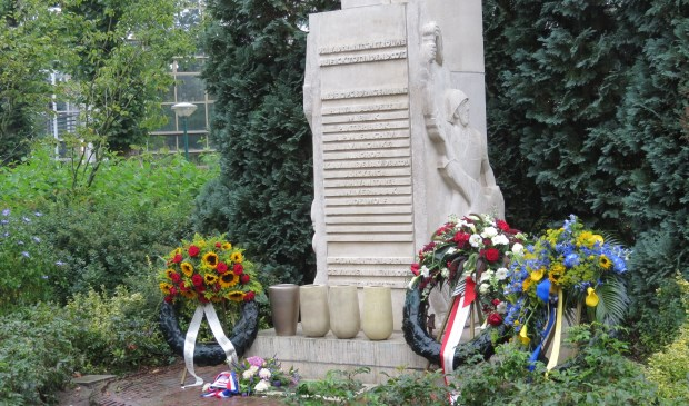 Het oorlogsmonument bij Jagtlust waar onder een plaquette grond uit Java is aangebracht.