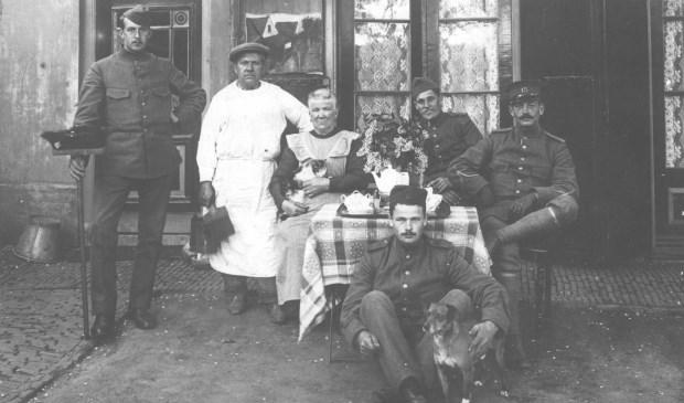 Ab en Letta Geurtsen in 1914 aan de Kerkdijk 5 te Westbroek  © De Vierklank