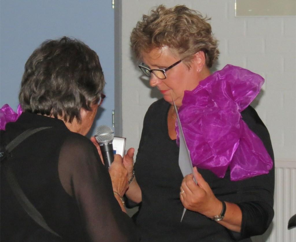 Joke Knaap krijgt het insigne ter ere van haar 50 jarig jubileum opgespeld door voorzitter Nel Raven.  © De Vierklank
