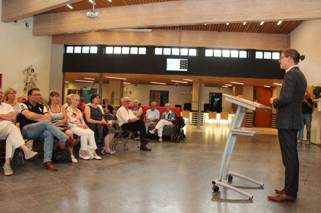 Wethouder Dolf Smolenaers tijdens de opening van de jaarlijkse expositie van fotoclub Bilthoven.