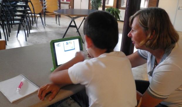 Barbara helpt oefenen met 'oe': koe, boer, bloes en broek.