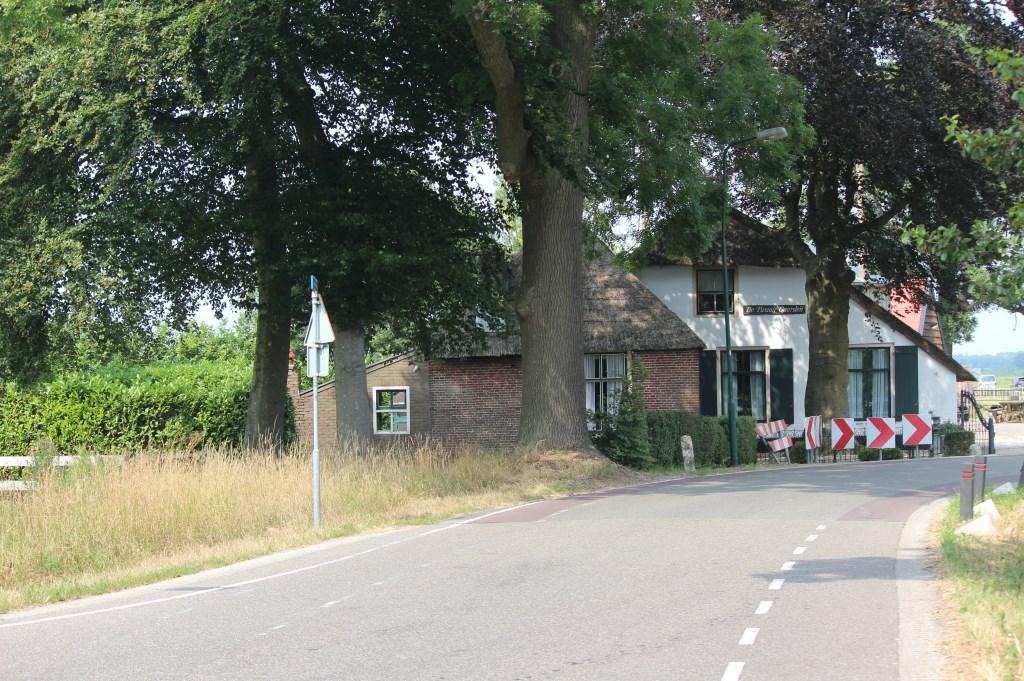 De witgepleisterde langhuisboerderij De Twaalf Gaarden is een rijksmonument daterend uit de eerste helft van de negentiende eeuw. Aan de linker voorzijde van de boerderij is een zomerhuis aangebouwd met een jongere uitbouw aan de westzijde, die is voorzien van een lessenaarsdak. Het zomerhuis heeft een rieten schilddak. Volgens de huidige bewoners is de huidige naam De Twaalf Gaarden een verwijzing naar de plaats; bij de twaalf Gaarden komen  © De Vierklank