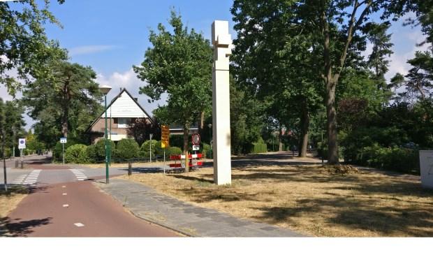 Rijd de Julianalaan af tot deze splitst naar de Paltzerweg. Hier staat het beeld Sokkel.  © De Vierklank