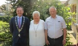 Het diamanten bruidspaar Van Bovenend met de burgemeester.