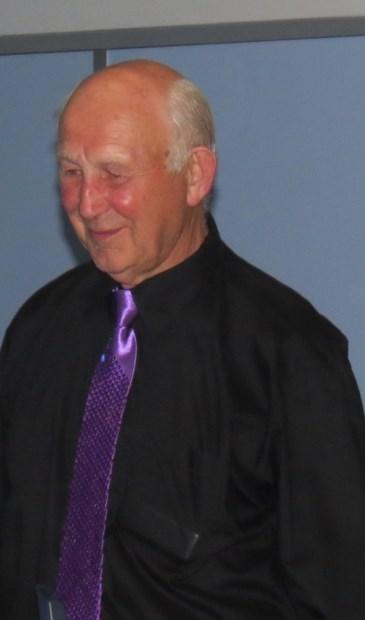 Arie Kemp krijgt een insigne opgespeld door de voorzitter ter ere van zijn 12,5 jarig jubileum.