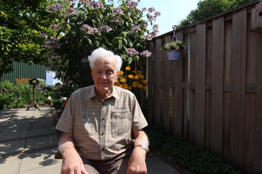 De 95 jarige de Groot op een zonnige (verjaar-)dag in zijn achtertuin.  © De Vierklank