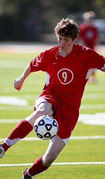 Een voetballer vertoont zijn kunstje.  © De Vierklank