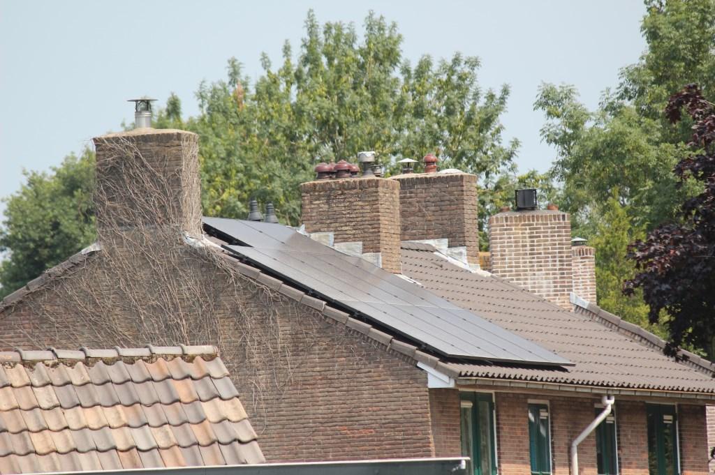 Over de Tolakkerweg (richting Hilversum) rijdend zijn de zonnepanelen op het eerste huis van het 'ronde rondje' zichtbaar goed geplaatst.   © De Vierklank