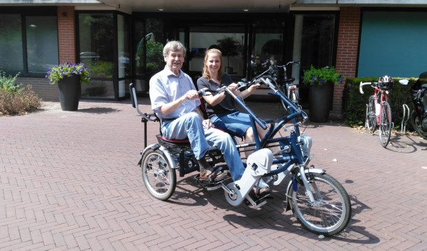 Bewoner Joost van Suchtelen gaat een rondje fietsen met medewerker Mariska van de Riet.