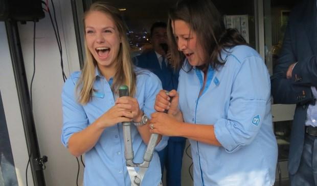 De openingshandeling wordt verricht door Inge en Sabina.  © De Vierklank