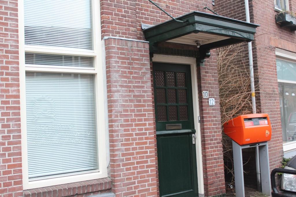 De brievenbus naast het pand aan de Burgemeester de Withstraat is de enige herinnering aan vroegere tijden.  © De Vierklank