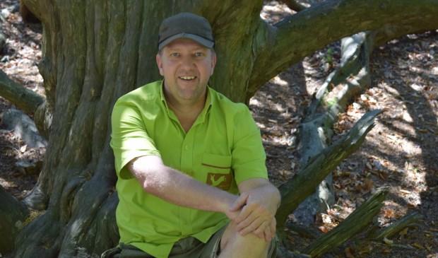 Joris Hellevoort, onder één van zijn geliefde bomen