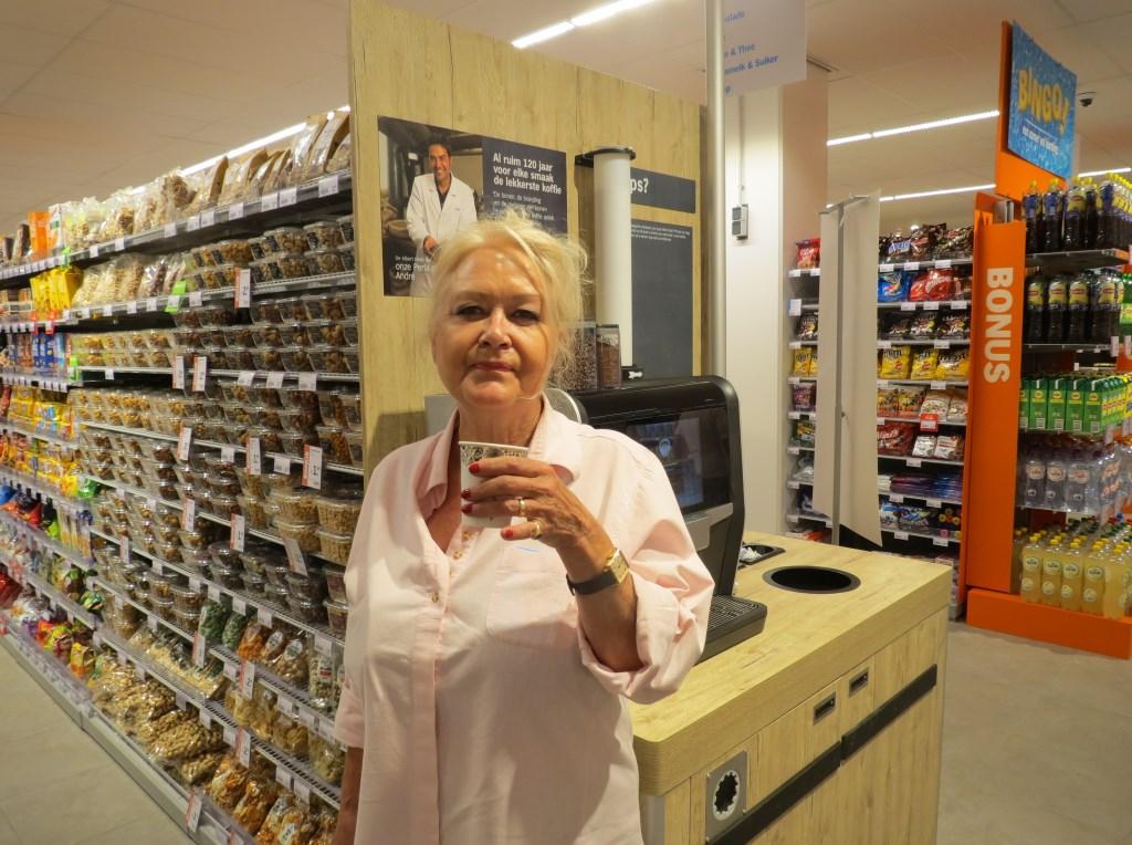 Ira Bierma komt als eerste klant de winkel binnen.