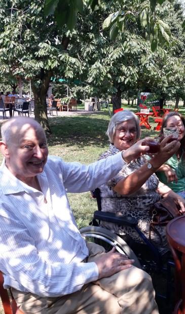 Het was goed toeven onder de kersenbomen met een glaasje kersensap en voor iedereen een bakje kersen.