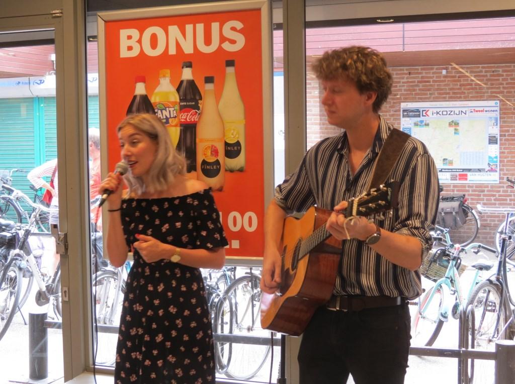Marleen & Manuel verzorgen de muzikale omlijsting.  © De Vierklank