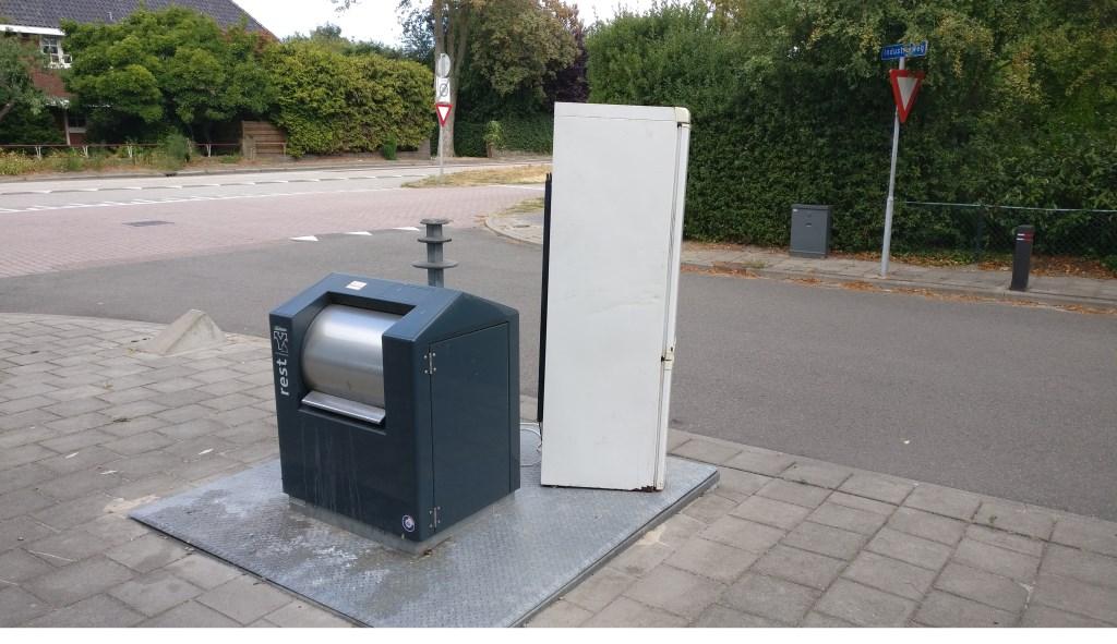 Op de hoek Industrieweg en Tolakkerweg bevindt zich een bestaande ondergrondse container; ongeschikt voor de bijgeplaatste koel-vries-combinatie.  © De Vierklank