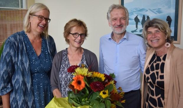 25 jaar pleegouderschap verdient een bloemetje met v.l.n.r. Anneke Horsman (Pleegzorg), Barbara van Boetzelaer, Otto van Boetzelaer en wethouder Madeleine Bakker van de gemeente De Bilt.