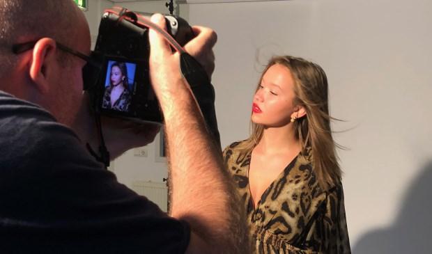 Fotograaf Michel Zoeter maakt van de gelegenheid gebruik en zet Inbetween model Pomme Grifhorst ook nog even op de foto tijdens de castingdag.