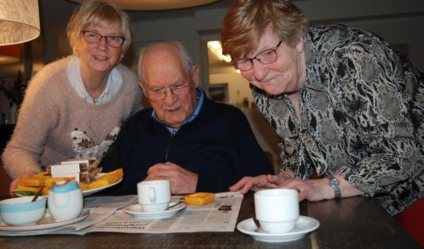 Joke en Dina zijn samen met Betty vrijwilligsters in Bij de Tijd.