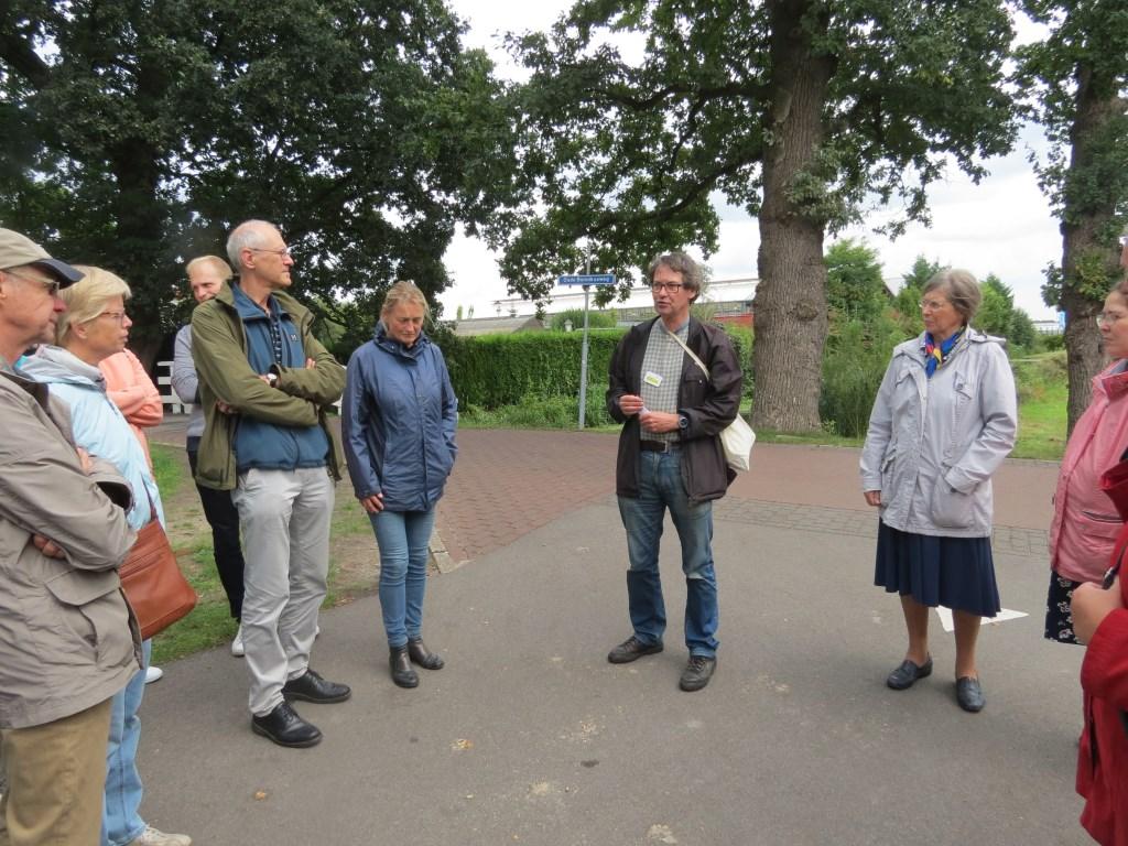 Abe Postema leidt een groep door het Kloosterpark in De Bilt.  © De Vierklank