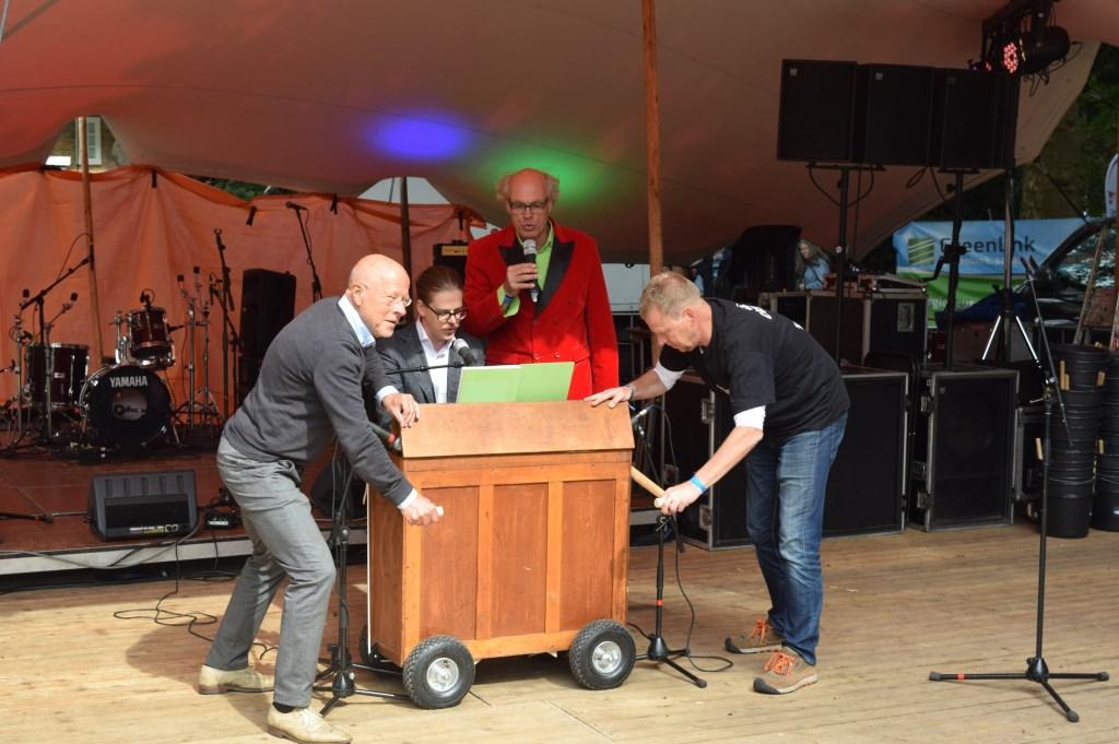Wethouder Dolf Smolenaers geeft een deuntje weg op het harmonium   © De Vierklank