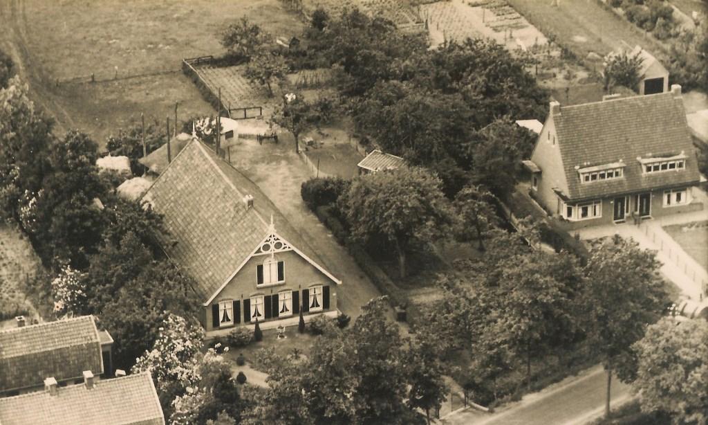 Luchtfoto van de boerderij Vredestein, waarschijnlijk begin jaren zestig gemaakt.   © De Vierklank