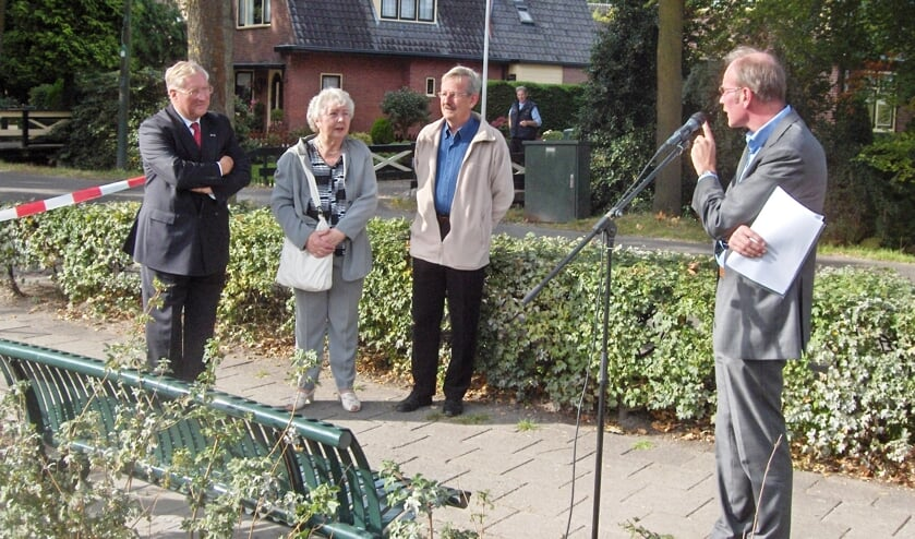 Foto september 2007: V.l.n.r. toenmalig wethouder Arie-Jan Ditewig, mevr. Jo Buitenhuis - Reuselaars en Anne Doedens luisteren aandachtig naar toenmalig SSW-woordvoerder Ad van Zijl.
