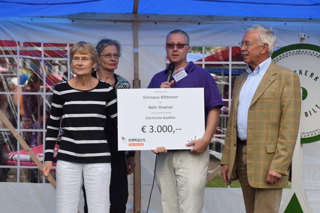Emmaus Bilthoven doneerde middels een cheque van 3000 euro voor één van de goede doelen van de Marktdag; v.l.n.r. Loes Steensma en Annegien Assies (beiden Emmaus), Anco de Rooij (Marktdagorganisatie) en Bart Westerweel (Emmaus).  © De Vierklank