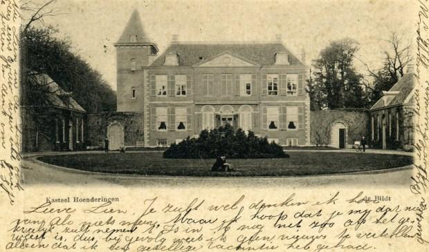 Eén van de oudste foto's (1899) is deze, die schoolvriendin Ali helemaal vol schrijft over een 'gezellige vacantie' die zij met 'Lieve Lien' heeft meegemaakt. Op deze ansichtkaart wordt het kasteel Hoenderingen genoemd.