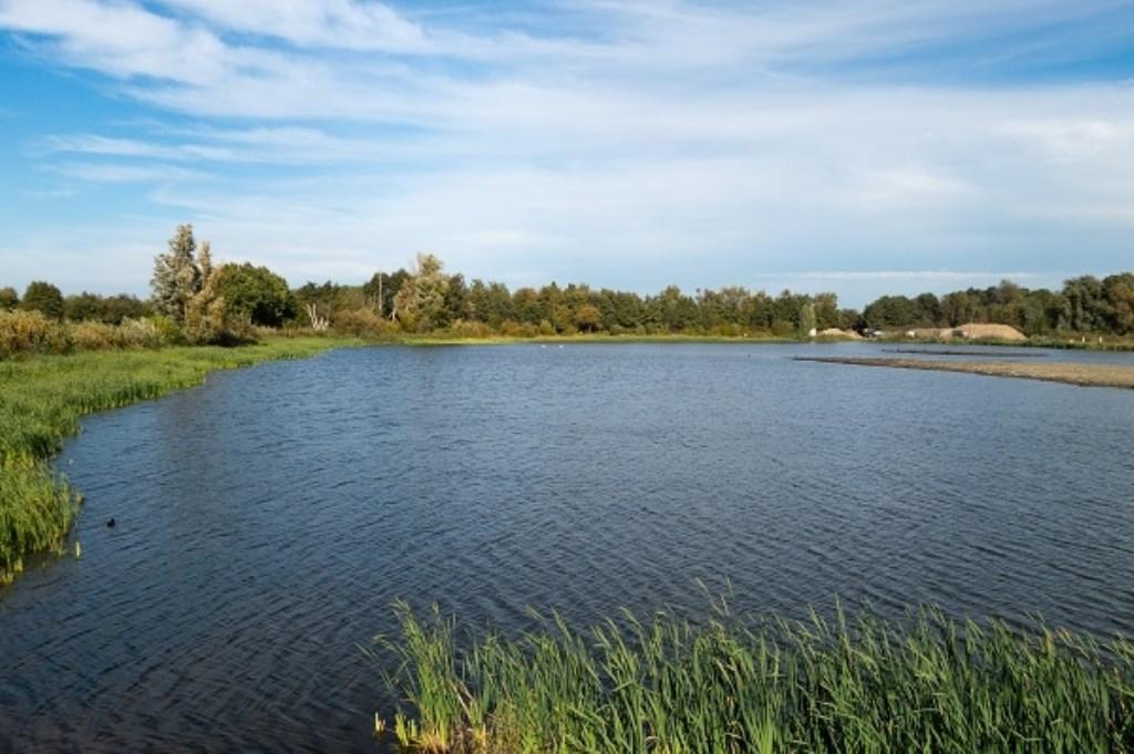 Een deel van de noordelijke plas met links vegetatie die zich daar door de verflauwing van de oever kan ontwikkelen. (foto Luuk Donderwinkel)  © De Vierklank