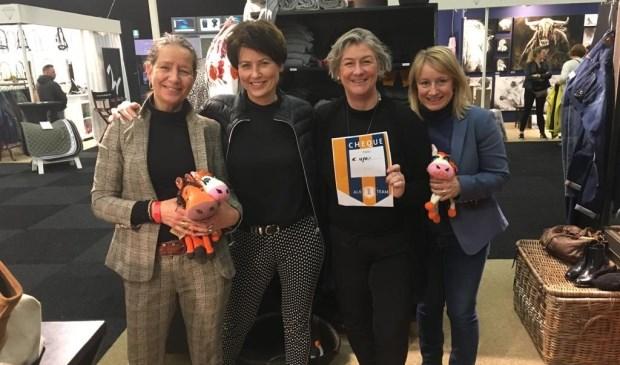 Marielle Wiegmans geflankeerd door Louise Vermeer, Jeannette van Wissen en Joyce Visser.