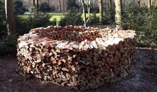 Het gekloofde hout ligt in ringen gestapeld om op natuurlijke wijze te kunnen drogen. (foto Bert Tuinzaad)