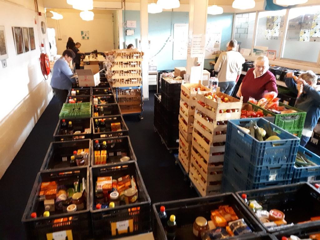 Vrijwilligers zijn vrijdagochtend druk in weer om de pakketten samen te stellen  © De Vierklank