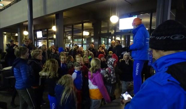 Na afloop van de jeugdwedstrijden werd direct de prijsuitreiking gehouden. Gespannen wachten kinderen op de uitslag