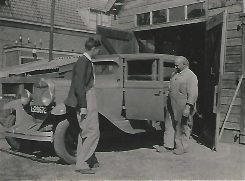 Hannes Cardol bij zijn autoherstelbedrijfje. (foto Hans Meerding)  © De Vierklank