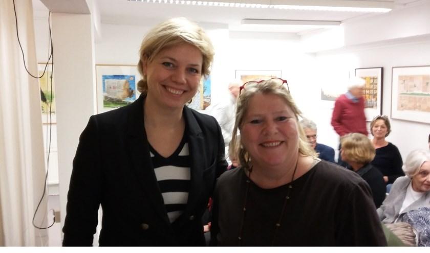 Schrijfster Jessica van Geel samen met boekhandelaarster Ike Bekking in de Bilthovense Boekhandel.