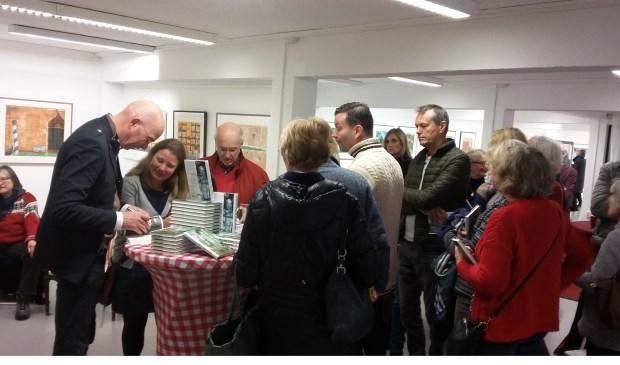Tommy Wieringa signeert in een drukbezochte KunstKelder in de Bilthovense Boekhandel.