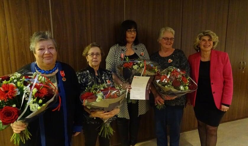 Vier jubilarissen gehuldigd voor jaren van betrokkenheid bij het Rode Kruis. V.l.n.r.: Kathy Hamster, Marja van Brakel, Cindy van Engelen en Ineke Princen naast wethouder Madeleine Bakker.