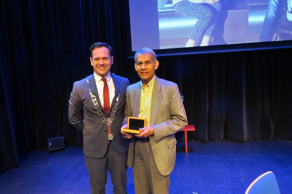 Roy Chowdhury ontvangt uit handen van burgemeester Sjoerd Potters de Medaille van Verdienste in Zilver van de gemeente De Bilt.