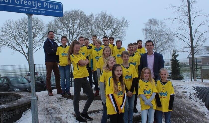 Directeur Marin van Duuren (rechts) en Ruth Nagel (Vink Witgoed) met de leerlingen van groep 7/8 van het Kompas. [foto Henk van de Bunt]