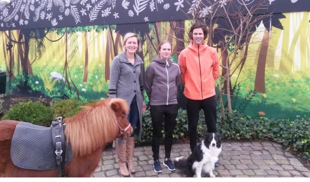 Docent Lieke Veenings van de Paardenklas met pony Bella en docenten van de Outdoorklas Daphne Wallenburg en Gerson Strubbe met hond Puck.