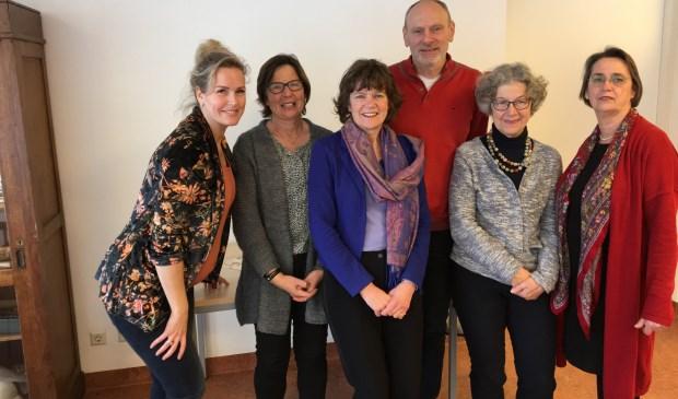 V.l.n.r. Elleny, Anneke, Hanneke, Heino, Jose en Djoska. De totale groep bestaat uit 10 vrijwilligers.