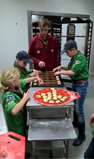 Welpen van Scouting Agger Martini maken kennis met het bakkersvak.