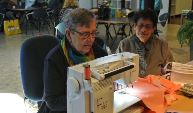 Sila Ramhisoensing uit Bilthoven wordt door naaister Tiny geholpen bij het verstellen van haar jurk. (foto Frans Poot)