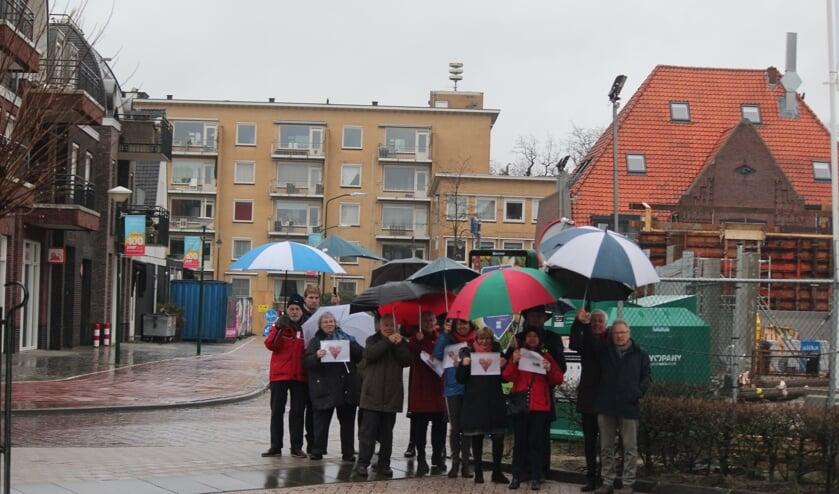 Vertegenwoordigers van alle bewonersorganisaties, die zijn aangesloten bij Hart Voor Bilthoven trotseren zelfs de (stromende) regen om van hun verontrusting blijk te geven.
