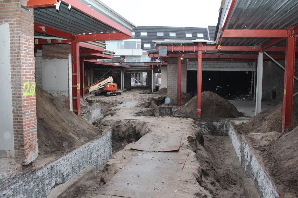 De renovatie van het deel van het Kronkelstraatje, dat aansluit op het Vinkenplein, ligt alweer maanden stil. Gedurende deze renovatieperiode is het Kronkelstraatje niet toegankelijk en worden bezoekers via het Uilenpad naar De Kwinkelier geleid.  © De Vierklank