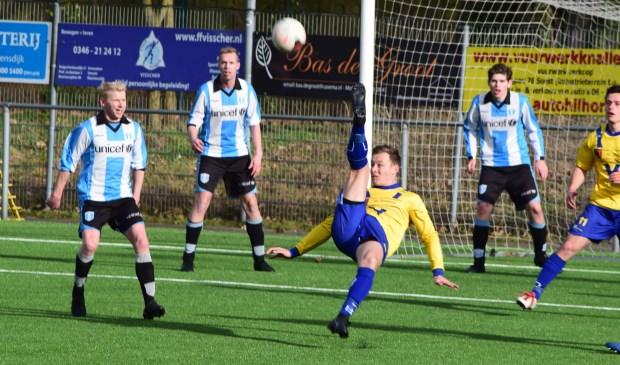 Chester Kemp levert een belangrijk aandeel aan de uiteindelijke overwinning. (foto Nanne de Vries).